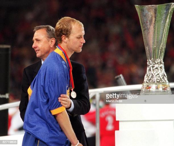 POKAL 00/01 FINALE Dortmund FC LIVERPOOL CD ALAVES 54 nach VERLAENGERUNG und GOLDEN GOAL UEFA POKAL SIEGER 2001 FC LIVERPOOL Johan CRUYFF troestet...