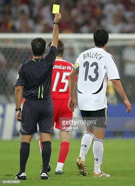 FIFA WM 2006 Gruppe A Deutschland Polen 10 Dortmund gelbe Karte für Mannschaftskapitän Michael Ballack vom spanischen Schiedsrichter Luis Medina...