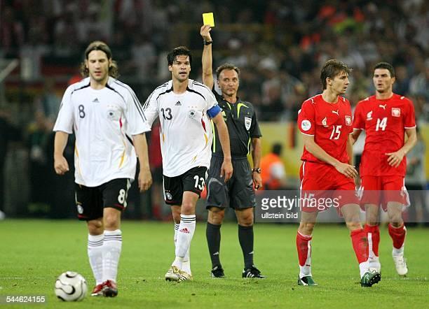 FIFA WM 2006 Gruppe A Deutschland Polen 10 Dortmund Mannschaftskapitän Michael Ballack erhält vom spanischen Schiedsrichter Luis Medina Cantalejo die...