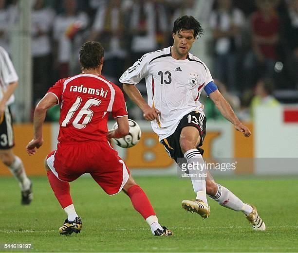 FIFA WM 2006 Gruppe A Deutschland Polen 10 Dortmund Mannschaftskapitän Michael Ballack im Zweikampf um den Ball gegen Polens Arkadiusz Radomski
