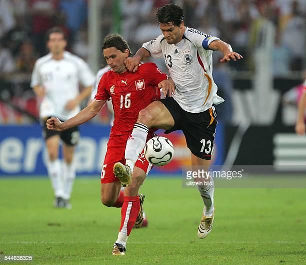 FIFA WM 2006 Gruppe A Deutschland Polen 10 Dortmund Zweikampf um den Ball zwischen Polens Arkadiusz Radomski und Mannschaftskapitän Michael Ballack