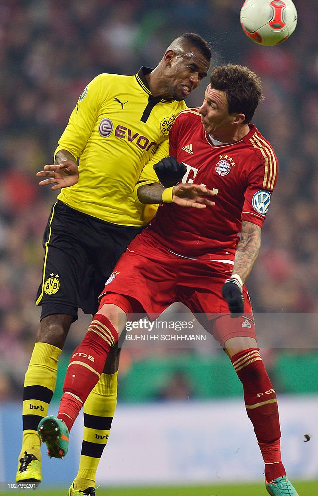 Dortmund's Brazilian defender Felipe Santana and Bayern Munich's Croation striker Mario Mandzukic (R) vie for the ball during the German Cup quarter-final football match FC Bayern Munich vs Borussia Dortmund in Munich, southern Germany, on February 27, 2013. AFP PHOTO / GUENTER SCHIFFMANN DURING THE MATCH AND PROHIBITS MOBILE (MMS) USE DURING AND FOR FURTHER TWO HOURS AFTER THE MATCH. FOR MORE INFORMATION CONTACT DFL.