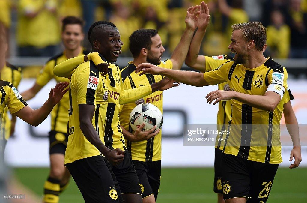 Dortmund's Columbian striker Adrian Ramos (L) and his teammates celebrate during the German first division Bundesliga football match of Borussia Dortmund vs SV Darmstadt 98 in Dortmund, western Germany, on September 17, 2016. / AFP / PATRIK