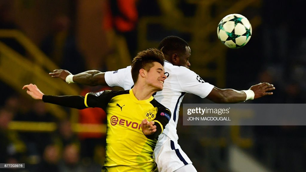 TOPSHOT - Dortmund's German midfielder Julian Weigl (L) and Tottenham Hotspur's French midfielder Moussa Sissoko vie for the ball during the UEFA Champions League Group H football match BVB Borussia Dortmund v Tottenham Hotspur at the BVB Stadion on November 21, 2017 in Dortmund, western Germany. / AFP PHOTO / John MACDOUGALL