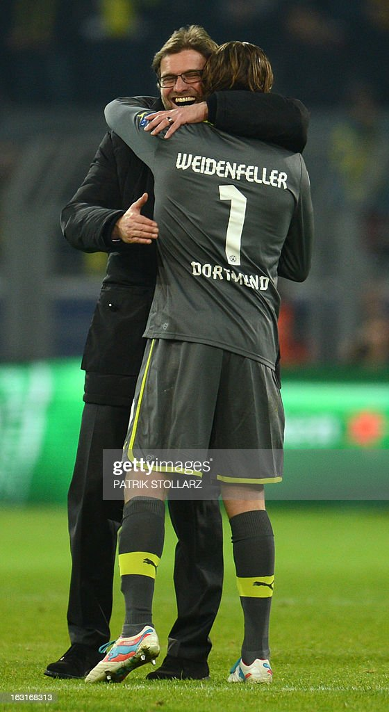 Dortmund's head coach Juergen Klopp (L) and Dortmund's goalkeeper Roman Weidenfeller celebrate after the UEFA Champions League last 16, second leg match Borussia Dortmund vs Shakhtar Donetsk in Dortmund, western Germany, on March 5, 2013. Dortmund won the match 3-0. AFP PHOTO / PATRIK STOLLARZ
