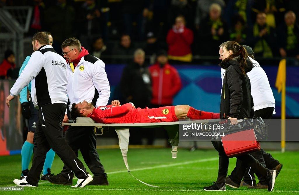 Dortmund's Swiss goalkeeper Roman Buerki (C) is stretchered off by medical staff during the UEFA Champions League Group H football match BVB Borussia Dortmund v Tottenham Hotspur at the BVB Stadion on November 21, 2017 in Dortmund, western Germany. / AFP PHOTO / John MACDOUGALL