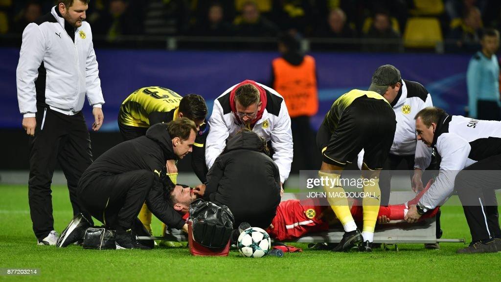 TOPSHOT - Dortmund's Swiss goalkeeper Roman Buerki (C) is stretchered off by medical staff during the UEFA Champions League Group H football match BVB Borussia Dortmund v Tottenham Hotspur at the BVB Stadion on November 21, 2017 in Dortmund, western Germany. / AFP PHOTO / John MACDOUGALL