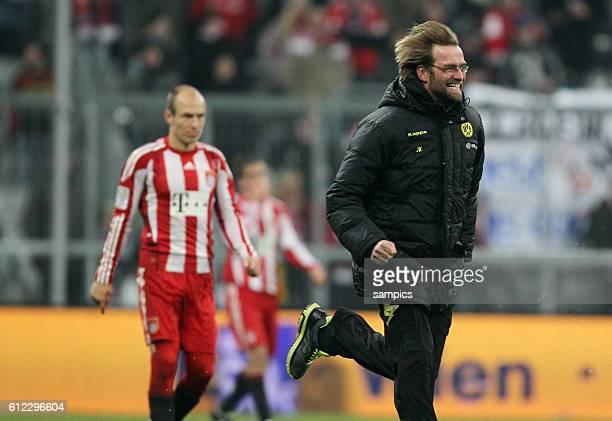 Dortmunds Trainer Jurgen Klopp rennt jubelnd nach dem Spiel auf das Spielfeld links der enttäuschte Arjen Robben Fußball 1 Bundesliga FC Bayern...