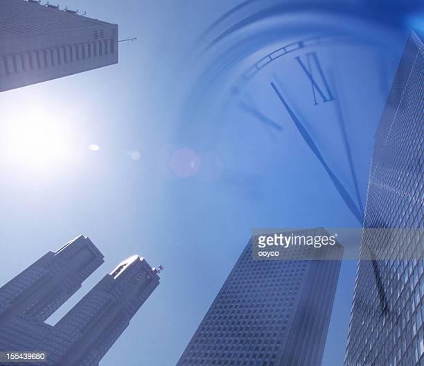 Uhr und Bürogebäude