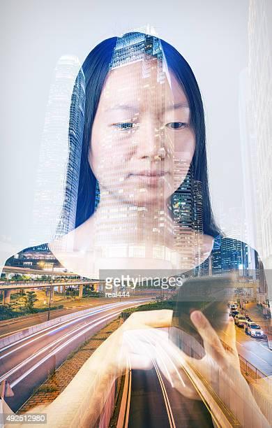 Doppelbelichtung der Stadt und Smartphone