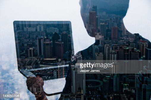 double exposure of man and cityscape : ストックフォト