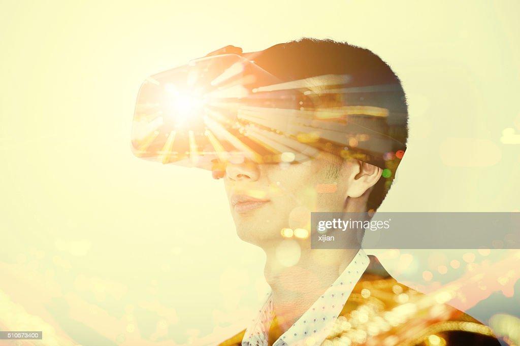 Double exposition de homme portant casque de réalité virtuelle : Photo