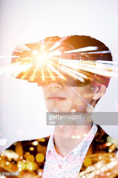 Double exposition de homme portant casque de réalité virtuelle