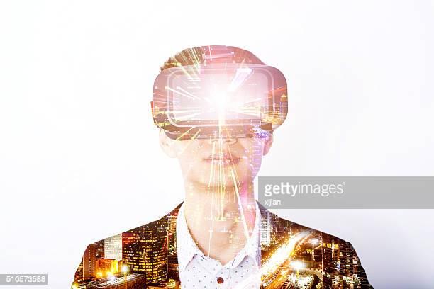 Doppelbelichtung eines Mannes mit virtuellen reality-headset