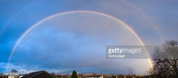 ダブルアーチには、屋根の上に虹