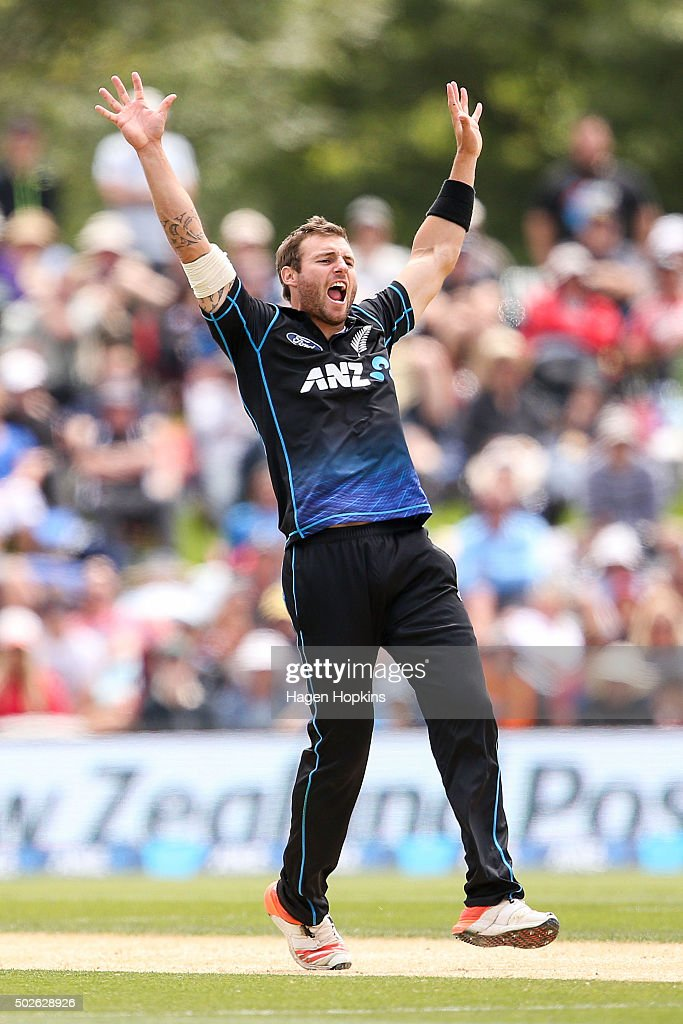 <a gi-track='captionPersonalityLinkClicked' href=/galleries/search?phrase=Doug+Bracewell&family=editorial&specificpeople=6680321 ng-click='$event.stopPropagation()'>Doug Bracewell</a> of New Zealand appeals successfully for the wicket of Dinesh Chandimal of Sri Lanka during the second One Day International game between New Zealand and Sri Lanka at Hagley Oval on December 28, 2015 in Christchurch, New Zealand.