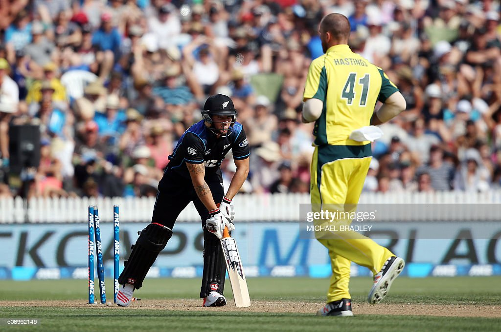 Doug Bracewell of New Zealand (L) is dismissed by John Hastings of Australia (R) during the third one-day international cricket match between New Zealand and Australia at Seddon Park in Hamilton on February 8, 2016.   AFP PHOTO / MICHAEL BRADLEY / AFP / MICHAEL BRADLEY