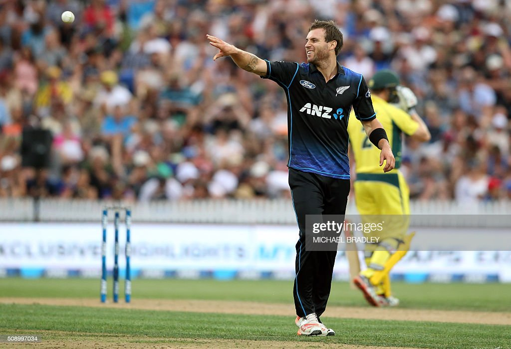 Doug Bracewell of New Zealand throws the ball during the third one-day international cricket match between New Zealand and Australia at Seddon Park in Hamilton on February 8, 2016.   AFP PHOTO / MICHAEL BRADLEY / AFP / MICHAEL BRADLEY