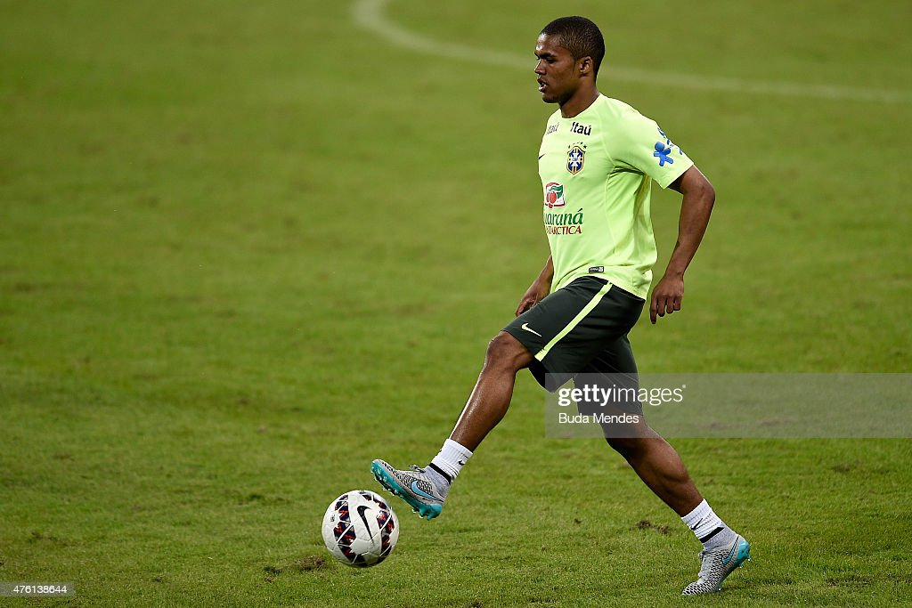 Douglas Costa in action during a training session of the Brazilian national football team at Allianz Parque on June 6 2015 in Sao Paulo Brazil