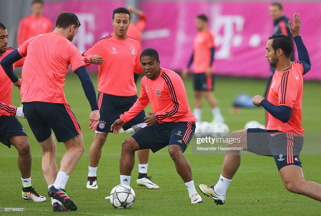 Douglas Costa (C) in action with team mates during a FC Bayern Muenchen training session ahead of their UEFA Champions League semi final second leg match against Club Atletico de Madrid at the Saebener Strasse training ground on May 2, 2016 in Munich, Germany.