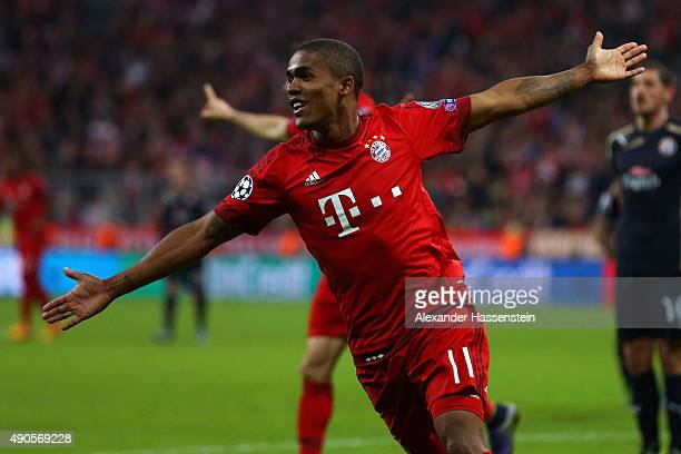 Douglas Costa of Bayern Muenchen celebrates during the UEFA Champions League Group F match between FC Bayern Munchen and GNK Dinamo Zagreb at tthe...