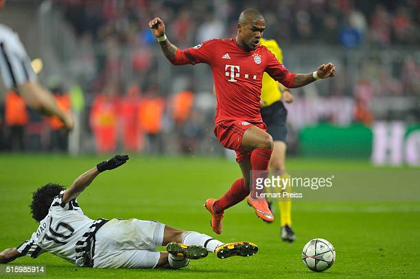 Douglas Costa of Bayern Muenchen challenges Juan Cuadrado of Juventus Turin during the UEFA Champions League Round of 16 second leg match between FC...