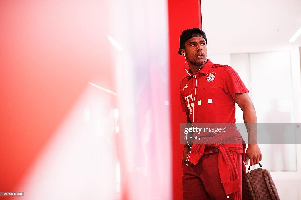 Douglas Costa of Bayern Munich arrives for the Bundesliga match between FC Bayern Muenchen and Borussia Moenchengladbach on April 30, 2016 in Munich, Bavaria.
