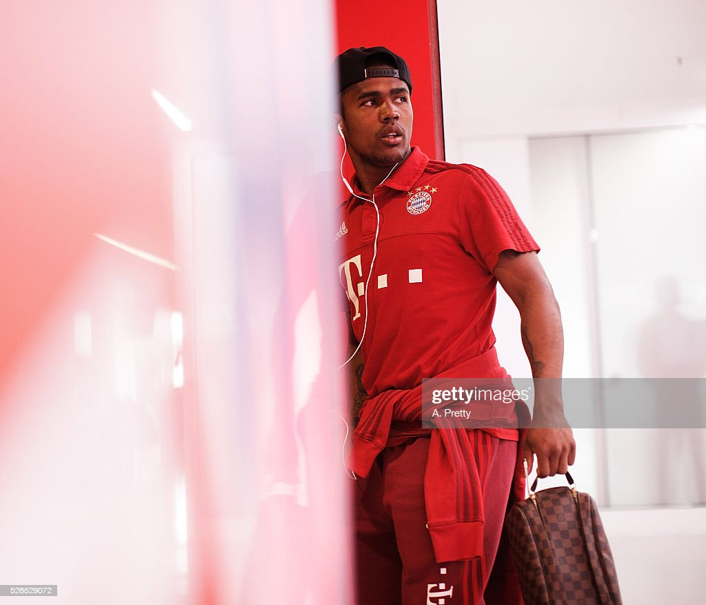Douglas Costa of Bayern Munich arrives for the Bundesliga match between FC Bayern Muenchen and Borussia Moenchengladbach on April 30, 2016 in Munich, Bavaria.