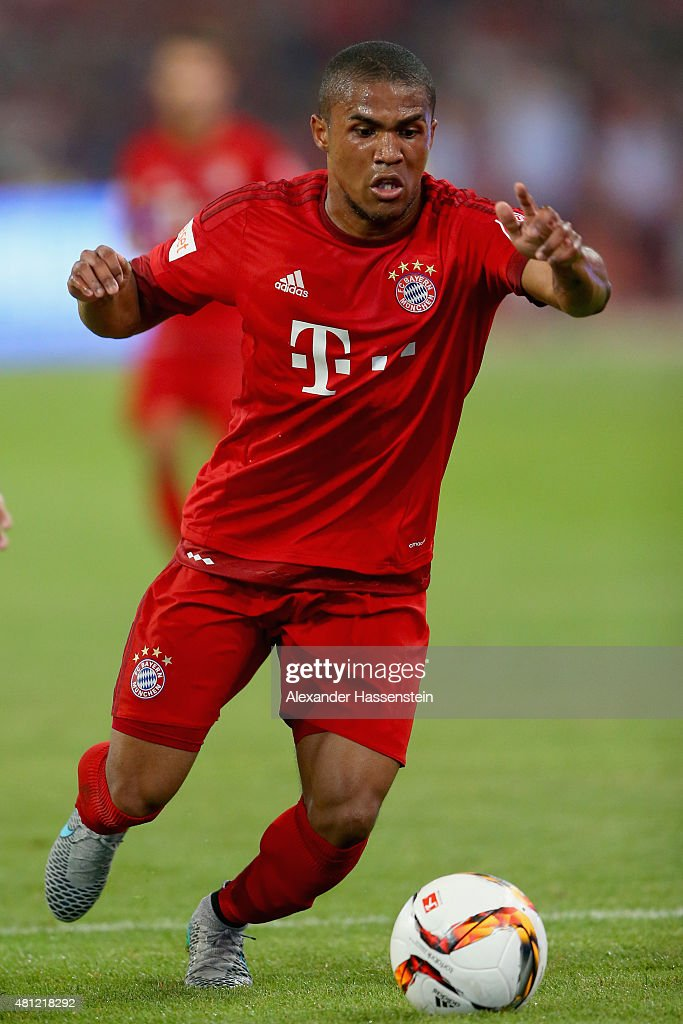 Douglas Costa of FC Bayern Muenchen runs with the ball during the international friendly match between FC Bayern Muenchen and Valencia FC of the Audi...