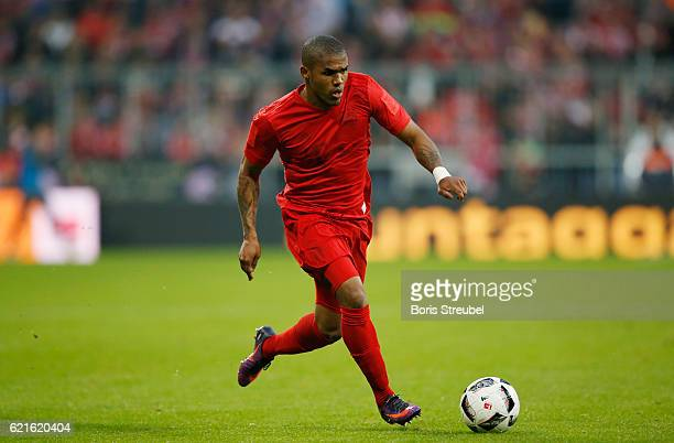 Douglas Costa of FC Bayern Muenchen runs with the ball during the Bundesliga match between Bayern Muenchen and TSG 1899 Hoffenheim at Allianz Arena...