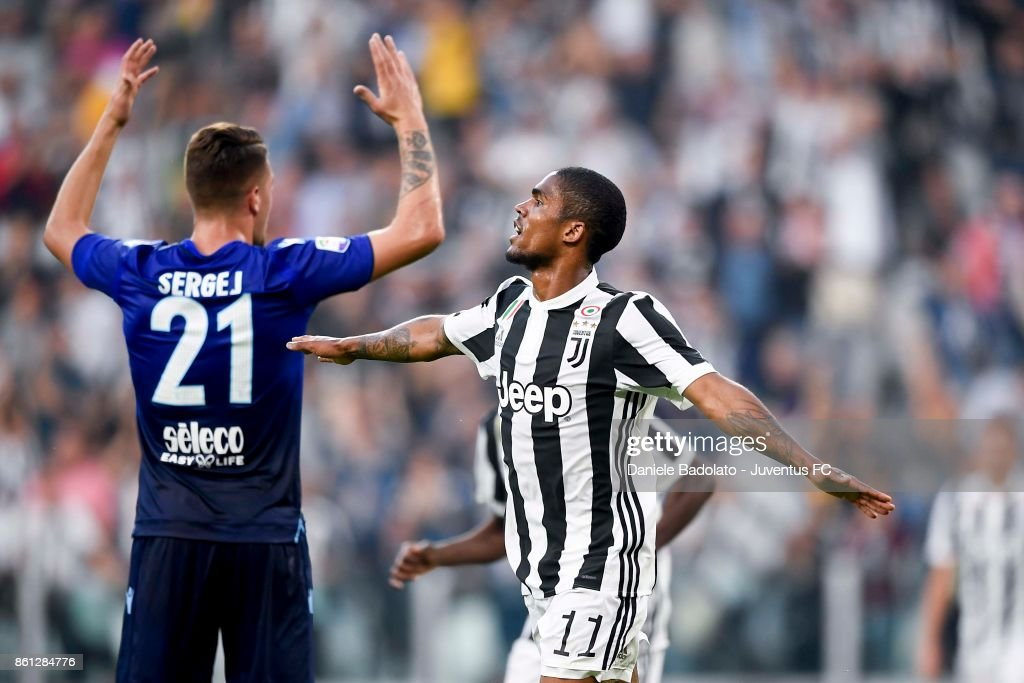 Douglas Costa of Juventus celebrates his first goal during the Serie A match between Juventus and SS Lazio on October 14, 2017 in Turin, Italy.