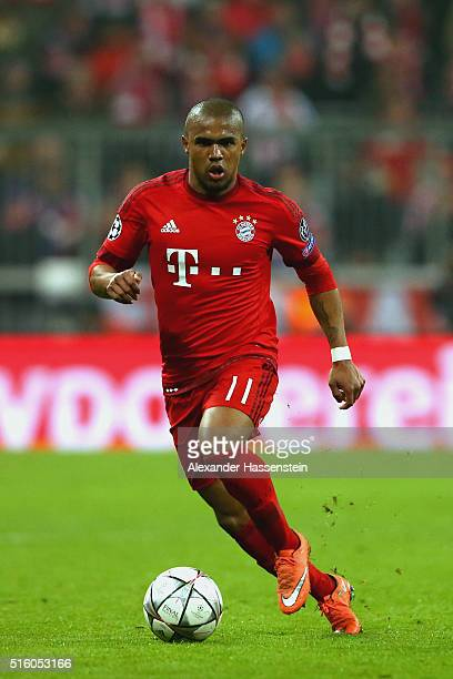 Douglas Costa of Muenchen runs with the ball during the UEFA Champions League Round of 16 Second Leg match between FC Bayern Muenchen and Juventus at...