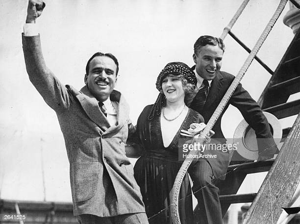 Douglas Fairbanks and Mary Pickford saying farewell to Charlie Chaplin as he departs for England Original Publication People Disc HW0485