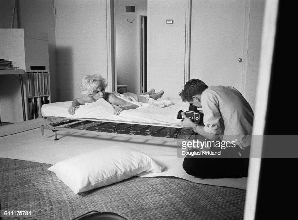 Douglas Kirkland photographing Marilyn Monroe