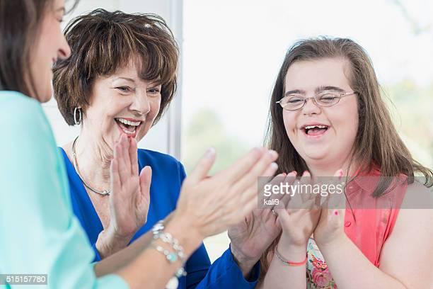 Trisomique fille jouant des jeux en famille