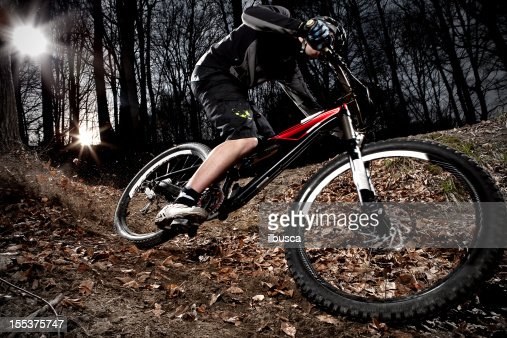 ダウンヒルマウンテンバイク enduro カーブの森