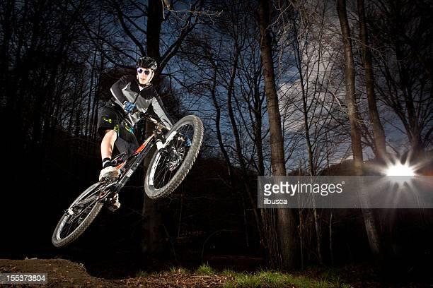 Descente enduro saut de vélo de montagne dans les bois