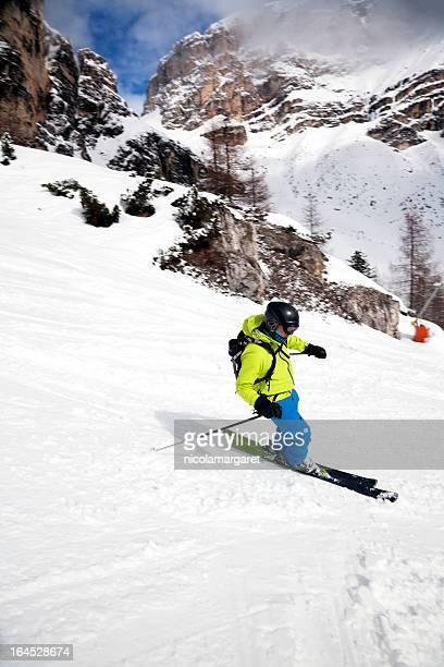 Downhill sciatore nelle Dolomiti, Italia