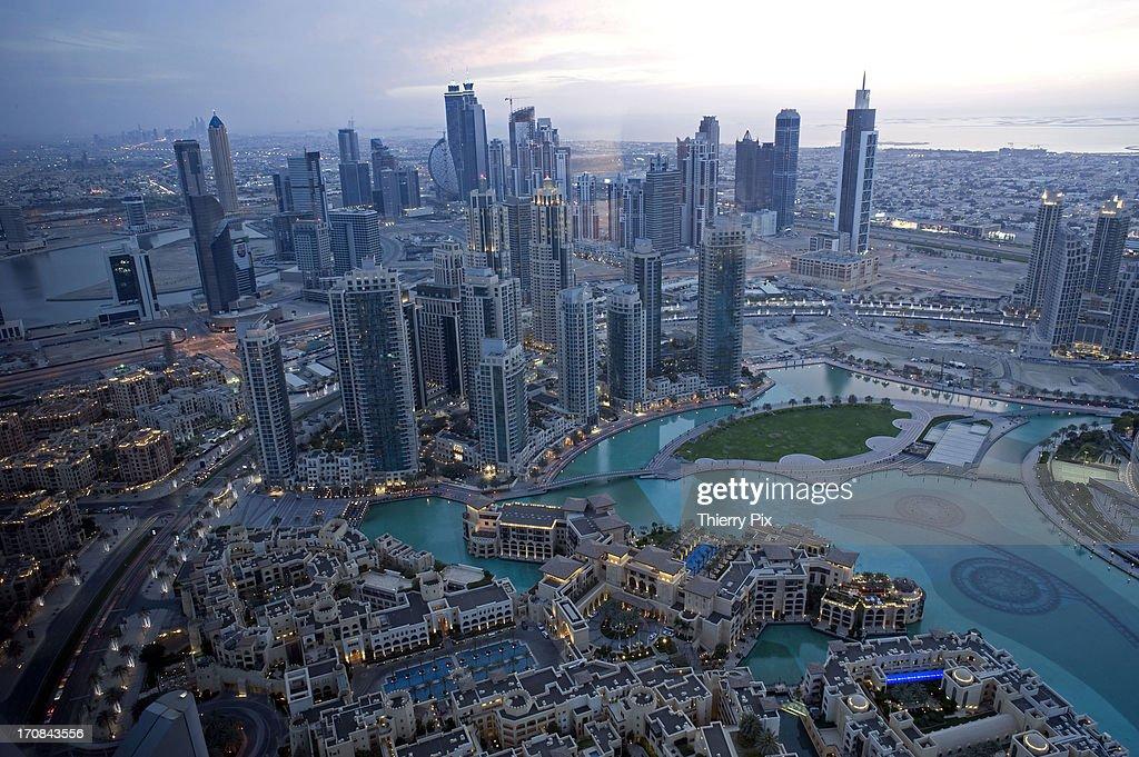 Downtown Burj Khalif, skyline at dusk