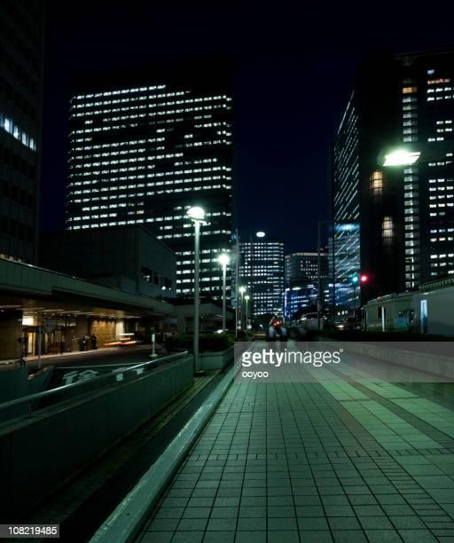 ダウンタウンの夜の街の歩道