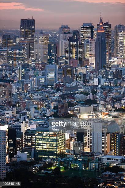 日本東京のダウンタウンの夕暮れの街並み