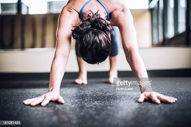 """""""perro mirando hacia abajo"""" de Yoga Studio"""