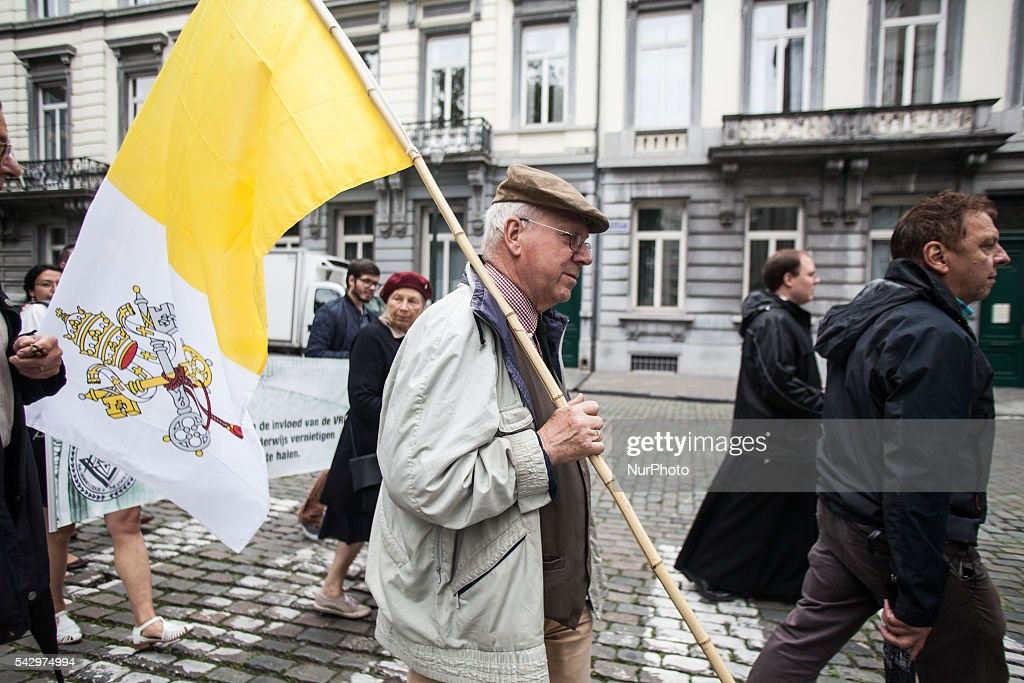 "Dozens of people gathered in the center of Brussels on 25 June 2016 to protest against what they called ""the islamisation of schools"". They promote catholic education centered around Christ. The protest was organised by Pro Familia."