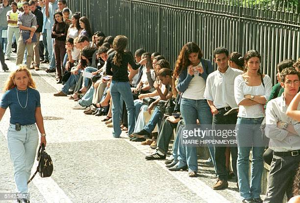 Dozens of young people looking for jobs line up for openings at a restaurant 31 January 2000 in Sao Paulo The Sao Paulo region recorded a record 193...