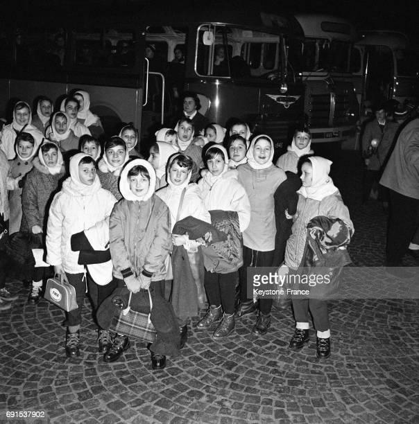Départ des enfants en colonies de vacances au ski à la Gare de Lyon à Paris France le 20 décembre 1961