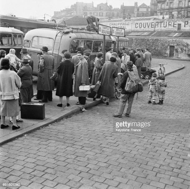 Départ des Parisiens pour les vacances à Paris France le 3 avril 1953