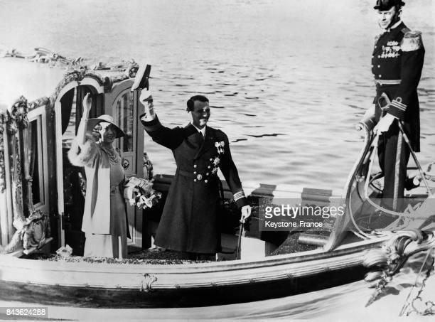 Départ en croisière pour leur lune de miel la princesse Ingrid de Suède et le prince Frederik de Danemark saluent debout sur leur bateau à Stockholm...
