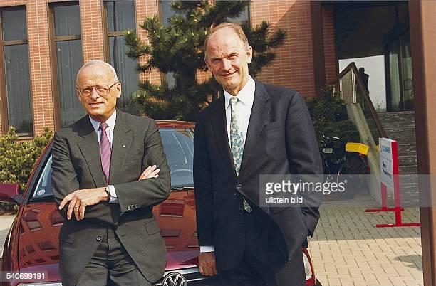 Dr Carl H Hahn Vorstandsvorsitzender bei der Volkswagen AG lehnt mit verschränkten Armen an einem VW rechts neben ihm sein Nachfolger im Amt...