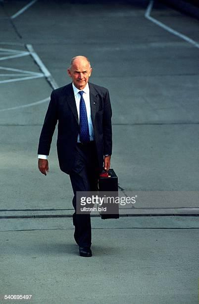Dr Ferdinand Piëch Vorstandsvorsitzender der Volkswagen AG mit einem Aktenkoffer