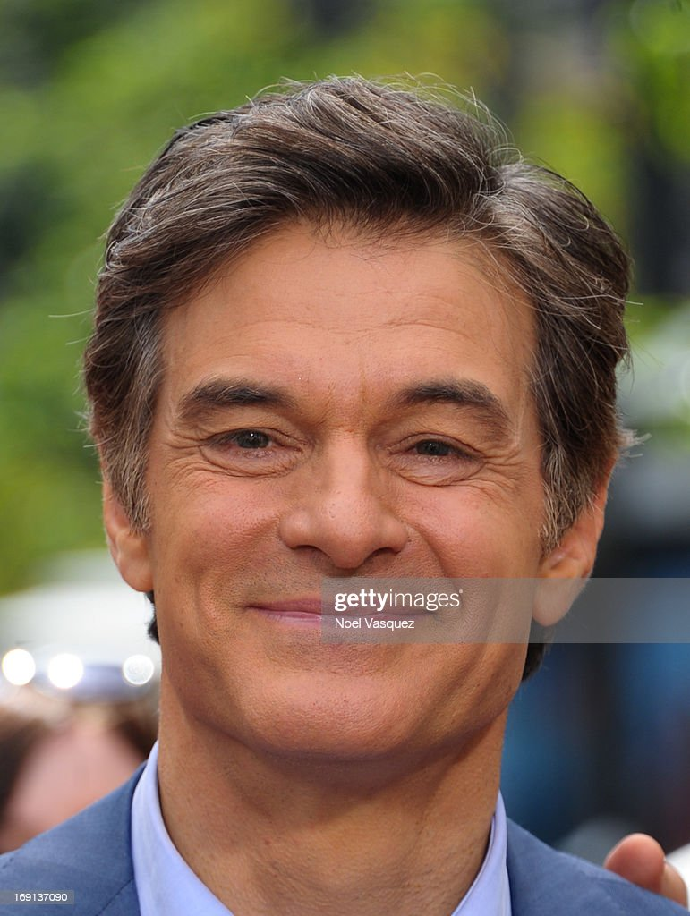 Dr. Oz visits 'Extra' at The Grove on May 20, 2013 in Los Angeles, California.